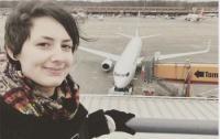 امرأة تستعد للزواج من طائرة! (فيديو)