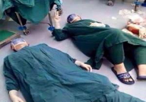 طبيبان يستلقيان على الأرض بعد إجرائهما عملية !!