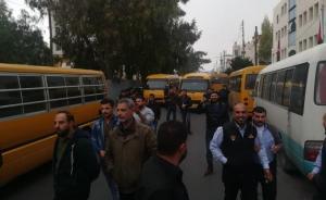 """أصحاب حافلات نقل الطلبة يعتصمون أمام """"النقل"""""""