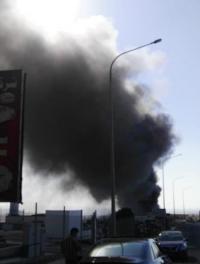 حريق كبير بمعرض باصات في المنطقة الحرة (صور)