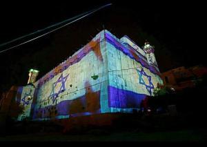 علم الكيان الصهيوني يغطي الحرم الإبراهيمي