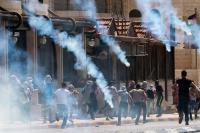 اصابة 30 طالباً فلسطينياً بحالات اختناق جراء اعتداءات الاحتلال