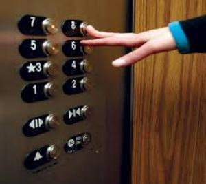 انقاذ فتاة علقت داخل مصعد في العقبة