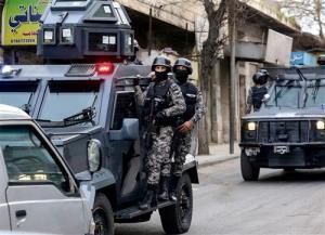 مداهمة أمنية جنوب عمان والقبض على مطلوب خطير و 3 من رفاقه