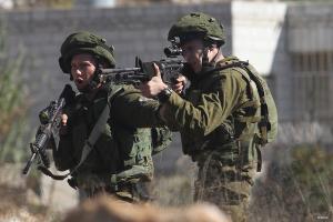 فلسطينيون يسلبون جنديا سلاحه ويفر هاربا منهم