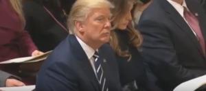 ترامب يستمع للقرآن والقارئ يمرر رسالته  ..  (فيديو)