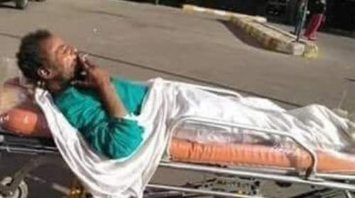 """يدخن """"سيجارة"""" أثناء حمله على نقالة المستشفى! (صور)"""