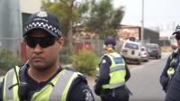 مروع ..  رجل يباغت شرطيا ويطعنه أمام الناس! (فيديو)