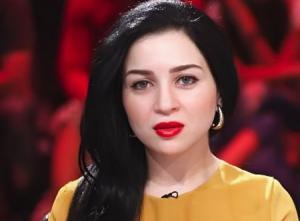 بعد أنباء ارتباطها بأحمد أبو هشيمة ..  مي عزالدين تحتضن فنان شاب (شاهد)