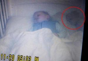 لقطات مريبة في سرير رضيع تثير رعب والدته