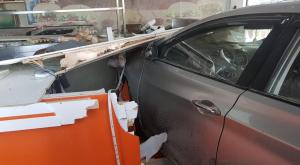 مركبة تقتحم مطعماً في خلدا (صور)