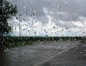 طقس حار نسبيا واستمرار فرصة زخات الأمطار الرعدية