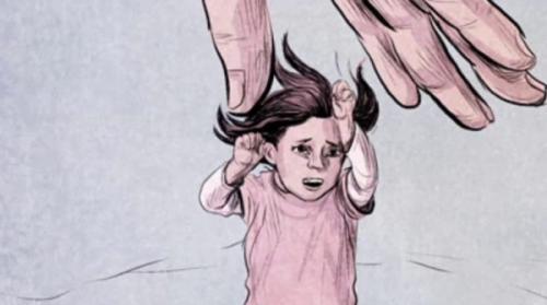 أب يعذب ابنته بطريقة مروعة لارضاء زوجته