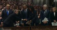 خلال جنازة والده ..  بوش يكرر فعلته مع ميشيل أوباما