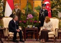رئيسة سنغافورة للملك: أنت قائدا مؤثرا في نشر رسالة الاعتدال