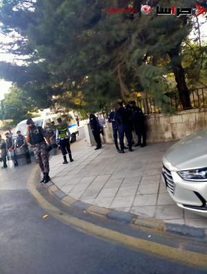 الامن يعتقل اشخاصاً اثناء توجههم لاعتصام امام السفارة الفرنسية (صور)