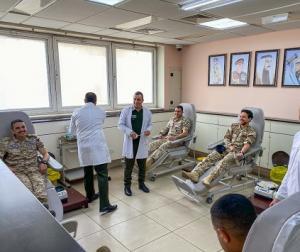 ولي العهد وأفراد بسلاح الجو يتبرعون بالدم (صور)