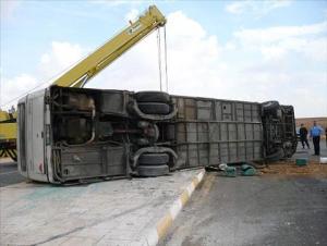 حصيلة نهائية: 6 وفيات و37 اصابة بانقلاب حافلة طلاب على طريق اربد المفرق (صور)