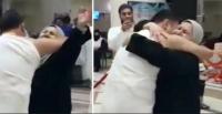 فيديو مؤثر ..  سوري يلتقي بوالديه بالحج بعد 7 سنوات