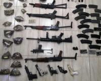 ضبط ذخائر و11 سلاحاً داخل منزل في عمان (صور)