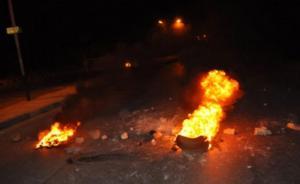 محتجون يغلقون شارعا بالاطارات المشتعلة في الكرك