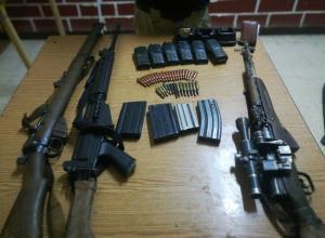 ضبط اسلحة ومخدرات والقبض على 8 اشخاص بسلسلة مداهمات (صور)