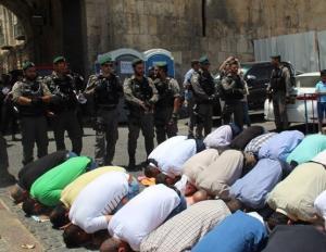 الالاف يؤدون صلاة الجمعة في شوارع القدس
