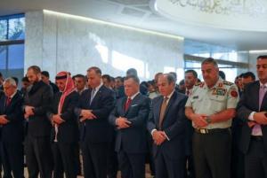 الملك يشارك المصلين أداء صلاة العيد (صور)