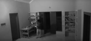 شبح يهاجم شاباً ويسحله داخل مكتبة (فيديو مرعب)