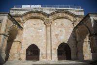 الإحتلال يغلق أحد أبواب الأقصى بالسلاسل ومطالب للأردن بالتدخل