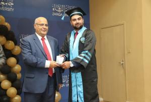 خريجوا كلية الصيدلة في جامعة الزرقاء يؤدون قسم المهنة
