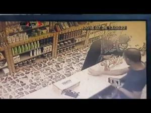 متسولة تسطو على محل عطور  تحت تهديد السلاح (فيديو)