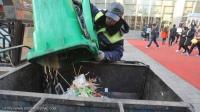 """عامل نظافة يتبرع بأمواله لـ""""هدف نبيل"""""""
