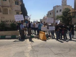 """طلاب """"توجيهي"""" يطالبون برحيل الذنيبات (صور)"""