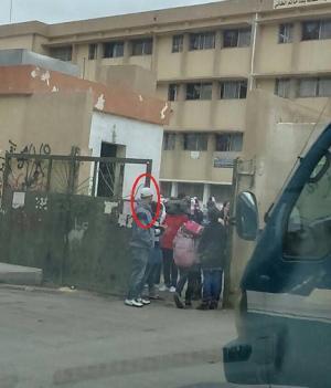 متسكعون يتحرشون بطالبات مدرسة في الهاشمي! (صور)