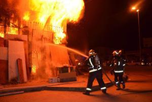حريق يلتهم طبليات خشبية ومستودع أدوات منزلية في العقبة