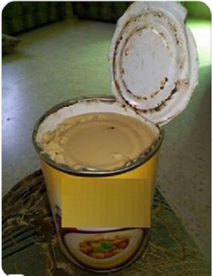 """عفن"" وصدأ داخل علبة حمص في اربد (صور)"