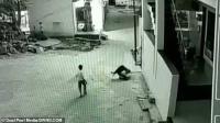 طفل ينجو باعجوبة من حادث سقوط مروع (فيديو)