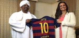 ميسي يهدي قميصه للرئيس السوداني