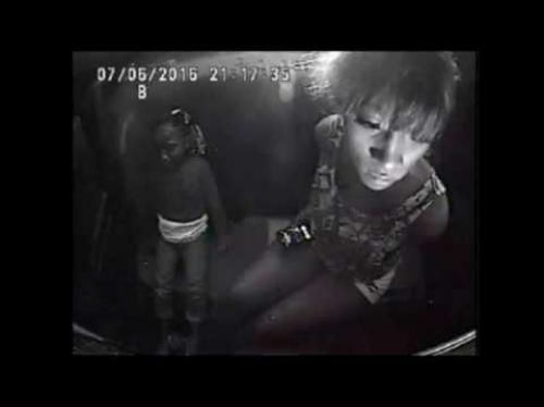 """فيديو مرعب لطفلة تواسي أمها ..  """"لا تصرخي أمي سيقتلنا"""""""