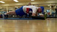 سبعيني يحقق رقما قياسيا في اللياقة البدنية! (فيديو)
