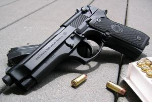 8 مسدسات في وزارة الصناعة والتجارة