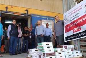 رئيس فلسطين النيابية يوزع 140 طنا من اللحوم على المحتاجين (صور)
