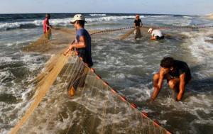 الاحتلال يقلص مساحة الصيد في غزة