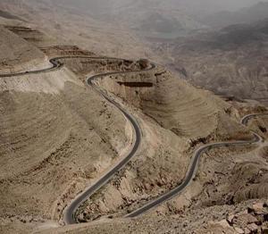 وادي عربة: انقاذ دليل سياحي سقط عن منحدر صخري عميق