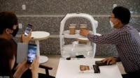 روبوت يساعد على التباعد الاجتماعي بالمقاهي