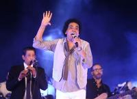 معجب يقتحم المسرح على محمد منير ورد فعل غريب من الفنان (صور)