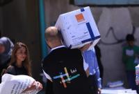 موظفواورنج يشاركون بتوزيع الطرود على الأسر العفيفة