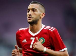 النجم المغربي حكيم زياش يظهر مهاراته في المطبخ.