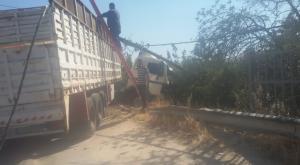 سقوط عمود كهرباء صدمته شاحنة في البقعة (صور)